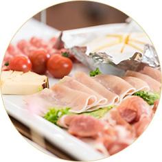 生ハム、サラミ、チーズ、 スパニッシュオムレツの盛合せ